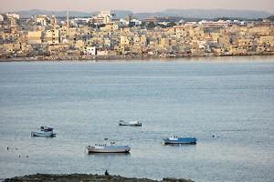 Latakia er en havneby med ca. 400.000 indbyggere.